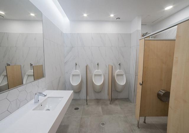 Reforma baños centro comercial